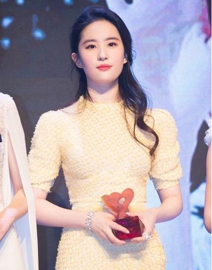女神刘亦菲佩戴CHAUMET珠宝出席时尚COSMO 2017时尚美丽盛典