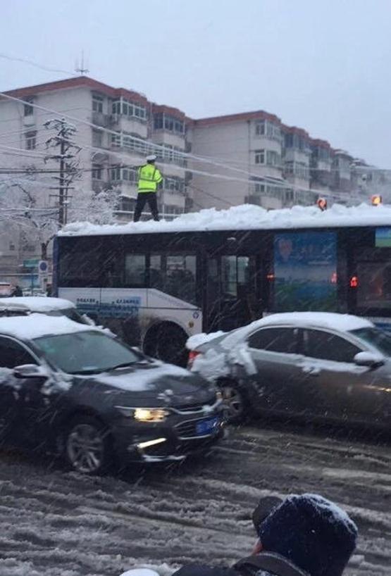 安徽境内3日起多地出现暴雪、合肥市积雪深达十几厘米,给早高峰出行带来不便。