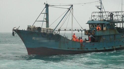 台媒称大陆渔船越界捕鱼 9人押返台中港侦办