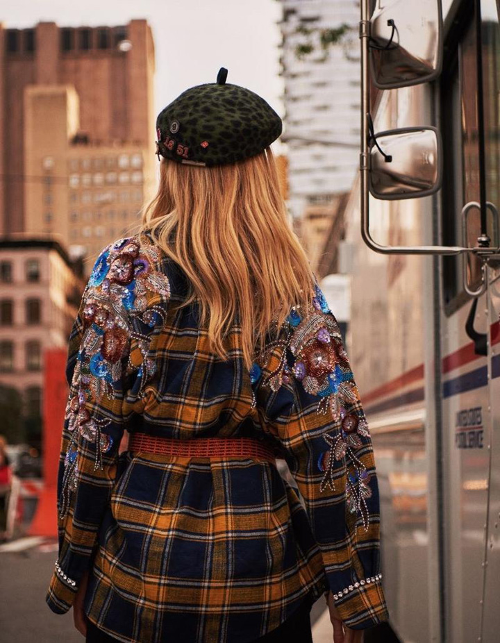 挪威维秘天使超模 Frida Aasen(弗里达·奥森)为《ELLE世界时装之苑》杂志2017年12月号拍摄一组时尚大片,在摄影师 Primol Xue 的镜头下,Frida 身着Loewe、Chanel等品牌时装于纽约街头演绎新季休闲运动风尚。