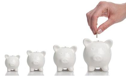 """习惯二:追求冠军效应  不少投资者买基金喜欢追求""""冠军效应"""",每次追求排名靠前的基金或者是排名第一的基金,但是过去数据显示公募基金年度冠军第二年继续保持优秀者很少。专家建议投资者最好不要以某一年收益排名作为参考指标,最好是拉长考核时间,比如找到过去3年、5年都业绩靠前的基金,因为长期业绩更能真实反映基金公司、基金经理的投资能力。"""