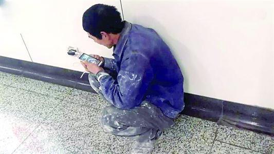 建筑工蹲地铁蹭网走红 这是他一天中最幸福的时光