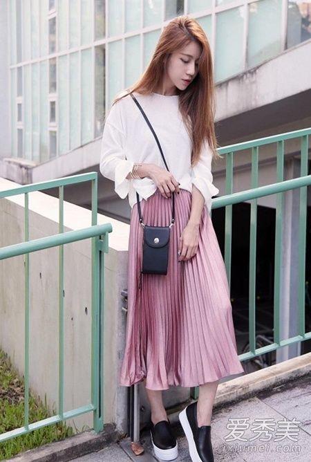 金属色百褶裙搭配示范 用外套打造层次感