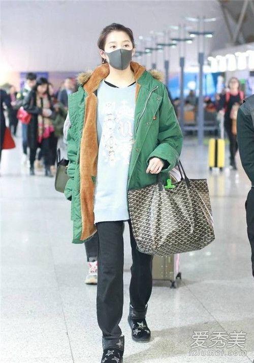 关晓彤最新机场街拍照 绿袄+运动裤造型似大妈!