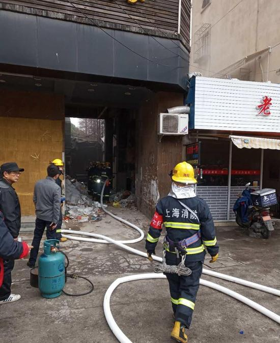 上海杨浦区发生一起火灾 多个液化气瓶被抢出