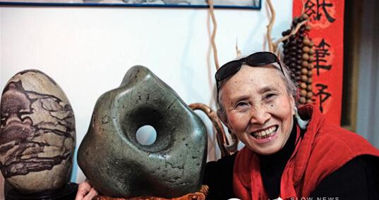 82岁老人收藏奇石20多年 把家变成奇石博物馆