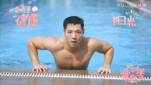 宁静泳池边跟肌肉男约会 现在的恋爱综艺越来越会玩了