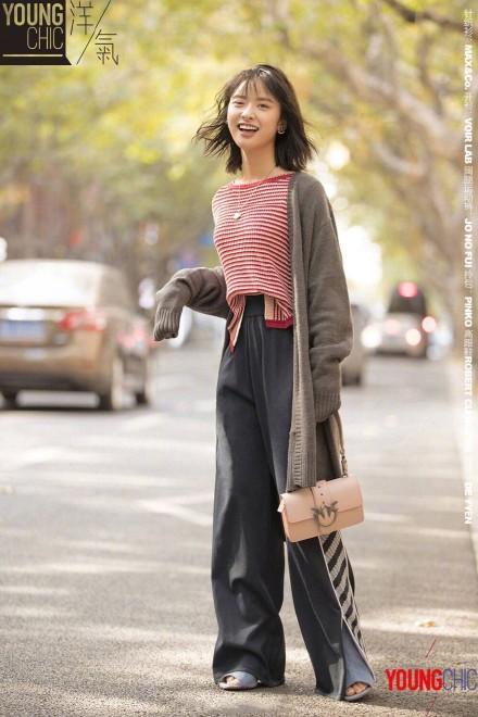 沈月冬日时尚街拍照片 条纹针织衫配搭运动阔腿裤时髦又少女气满分