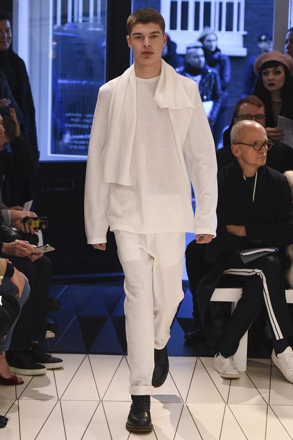 英国著名设计师品牌 Chalayan(卡拉扬)于伦敦男装周发布2018秋冬系列男装秀,本季设计师选择了经典的黑白与不同层次的棕色打造出沉稳含蓄的男装,肩部的斗篷状不对称造型与条纹艺术感印花增添了变换感。