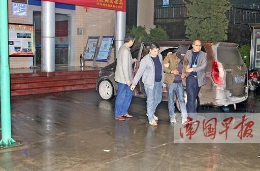 用冥币调包诈骗5名嫌疑人落网 在路边故意丢掉钱包