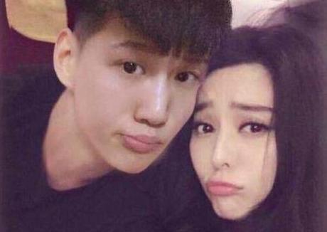 范丞丞韩服现身机场 网友质疑跟拍粉丝是请来的托儿吗?