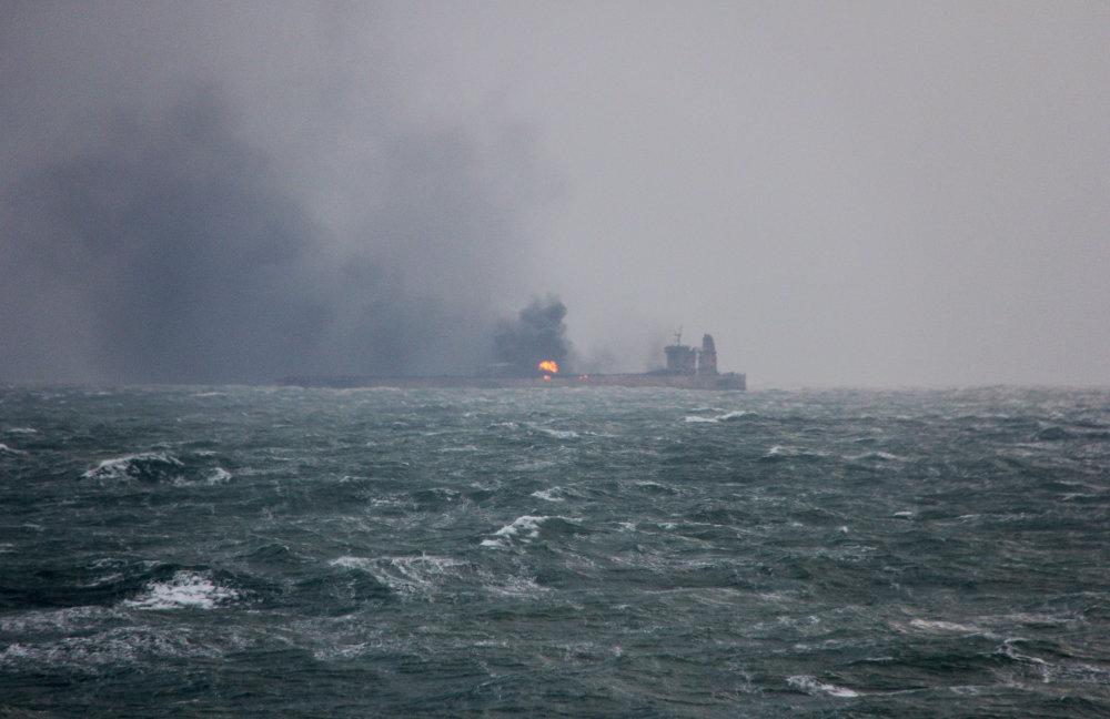 东海13万吨油轮撞船起火 海上现大面积油污