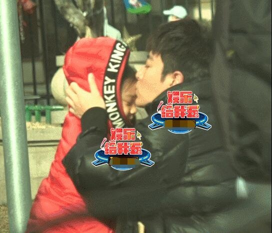 贾乃亮亲吻甜馨停不下来 父女分别依依不舍