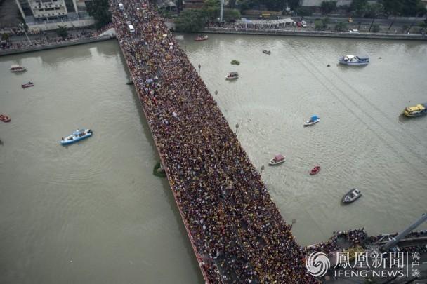 菲律宾350万人争摸神像