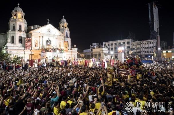 """当地警方坚称,今年的庆典""""大致和平""""。在2016年,有两人于庆典中死亡。"""