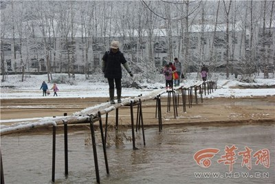 学生踩独木桥上学 一不小心就有坠入桥下的可能