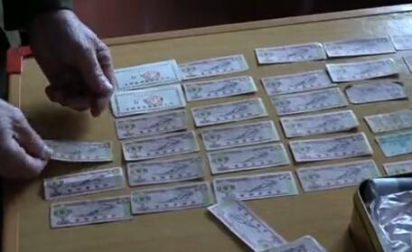 八旬老人数十年收藏百余张粮票 纪念中国经济社会的变迁