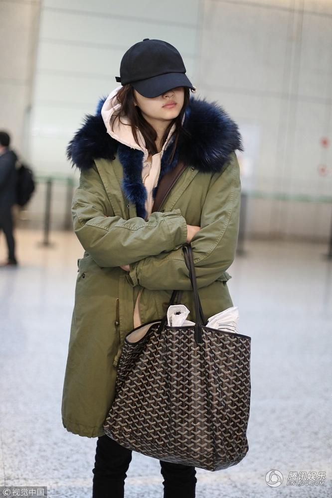 近来北京天气寒冷,关晓彤也是把自己裹得很严实。