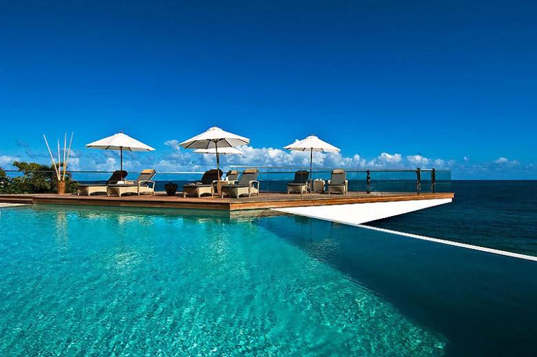 圣马丁海滨度假别墅:被椰树林白色沙滩和湛蓝海水环抱