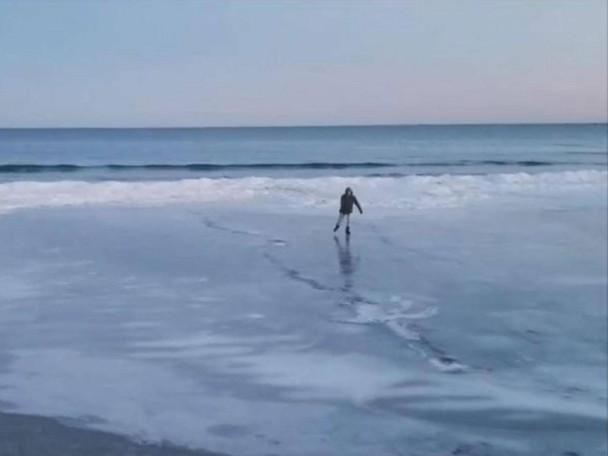 美国海岸线都冻住了 沙滩变溜冰场