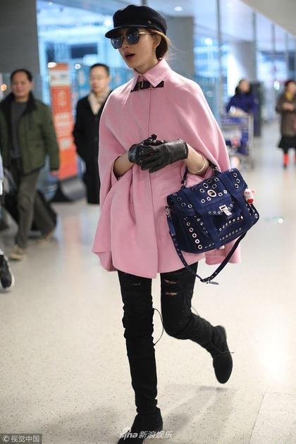 林志玲穿粉嫩斗篷装美得冒泡 戴皮手套挎包包秀逆天长腿
