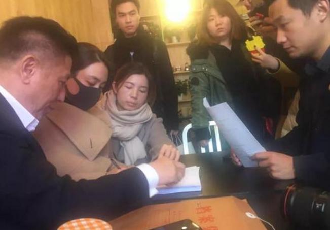马苏现身海淀法院 要求追究黄毅清刑事责任