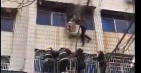 河南新密一居民家中突发火灾 残疾男爬三楼砸窗救人