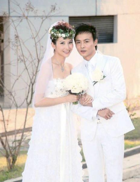 蔡少芬张晋再拍婚纱照 礼服和十年前的一模一样