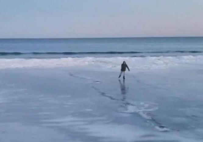 美国沙滩变溜冰场 溜冰爱好者纷纷到海边驰骋