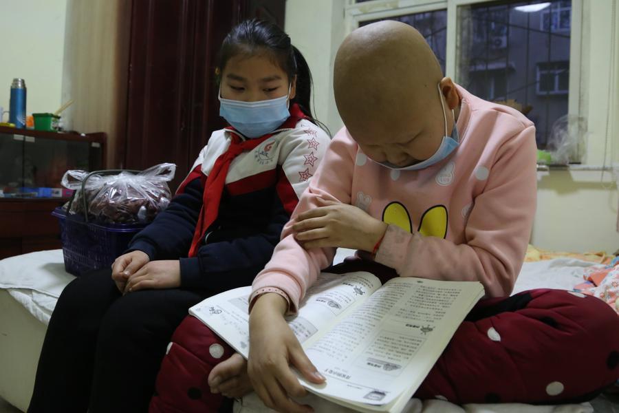 10岁女孩寒冬街头卖枣 只为赚钱给姐姐治病