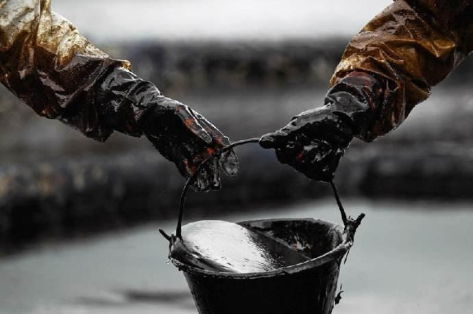基准北美原油期货飙升49% 触及三年高位