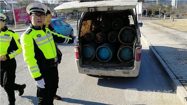 南京查获违法运输液化气车辆 7座小客车座椅被拆除