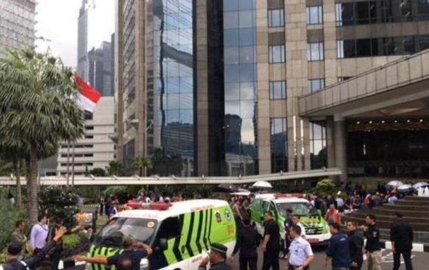 印尼大楼发生坍塌 约有十余名伤者被用担架抬出