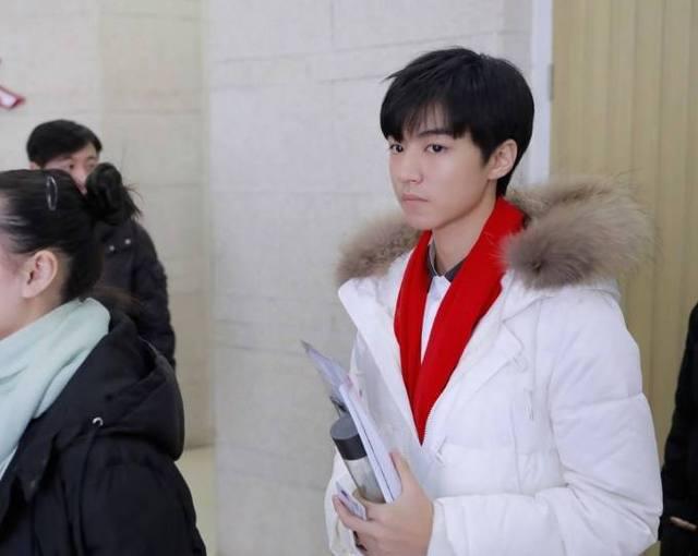 王俊凯考试拒牵女生 网友:那个女孩好尴尬