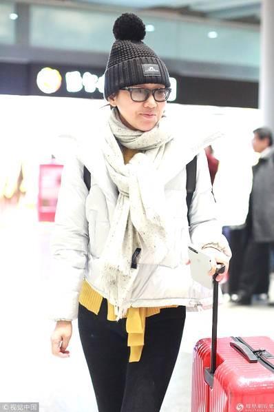 46岁闫妮素颜现身机场 推大红行李箱对镜露齿笑超亲和