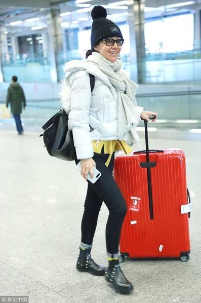 46岁闫妮素颜现身机场 对镜露齿笑超亲和