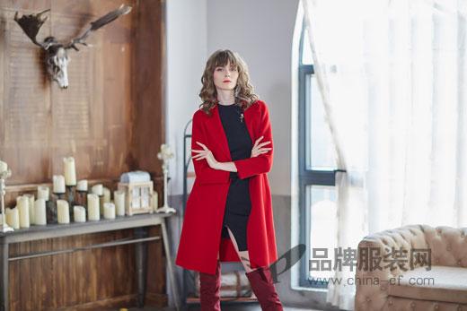 金蝶茜妮品牌红色大衣 搭配黑色单品看起来有质感