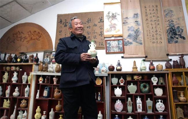77岁老人收藏4000余种酒瓶 写文章记录酒瓶文化
