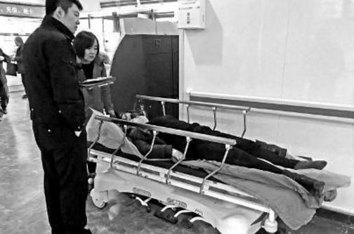 保安挪车失控撞伤6人 一人多处骨折