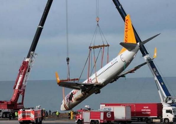 土耳其一架事故客机被从海岸边成功吊起