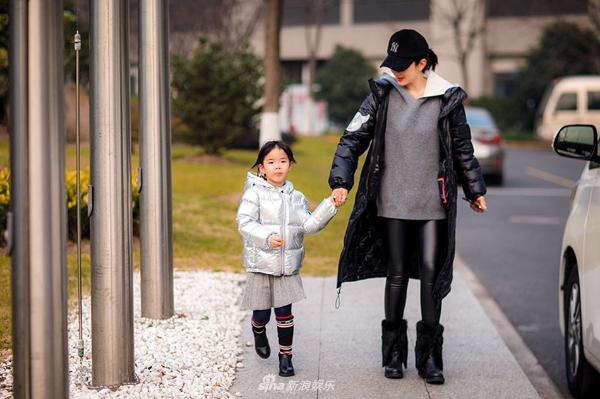 黄奕带女儿街头玩耍 穿着黑色羽绒服带着棒球棒十分低调