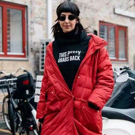 冬季羽绒服搭配攻略 红+黑羽绒服配色中的经典