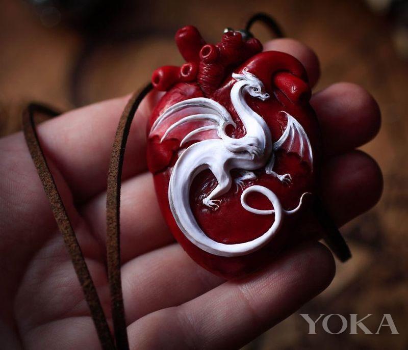 """""""龙+心脏""""的吊坠非常神秘且梦幻 俨然成为一种具备神奇力量的象征"""