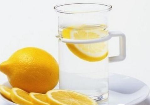 分享祛斑小妙招 巧用柠檬水洗脸