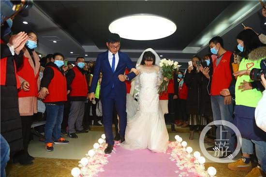 21岁女孩办一个人婚礼 主持人陪她走完了红毯