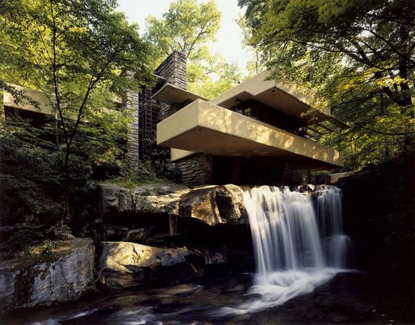 流水别墅:建筑被绿荫环绕展现出明确的垂直与水平线条
