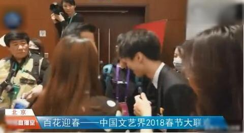 王俊凯向吴京鞠躬 他能红肯定是有理由的!