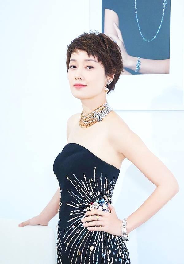 41岁马伊俐穿抹胸紧身裙 装扮精致性感美艳