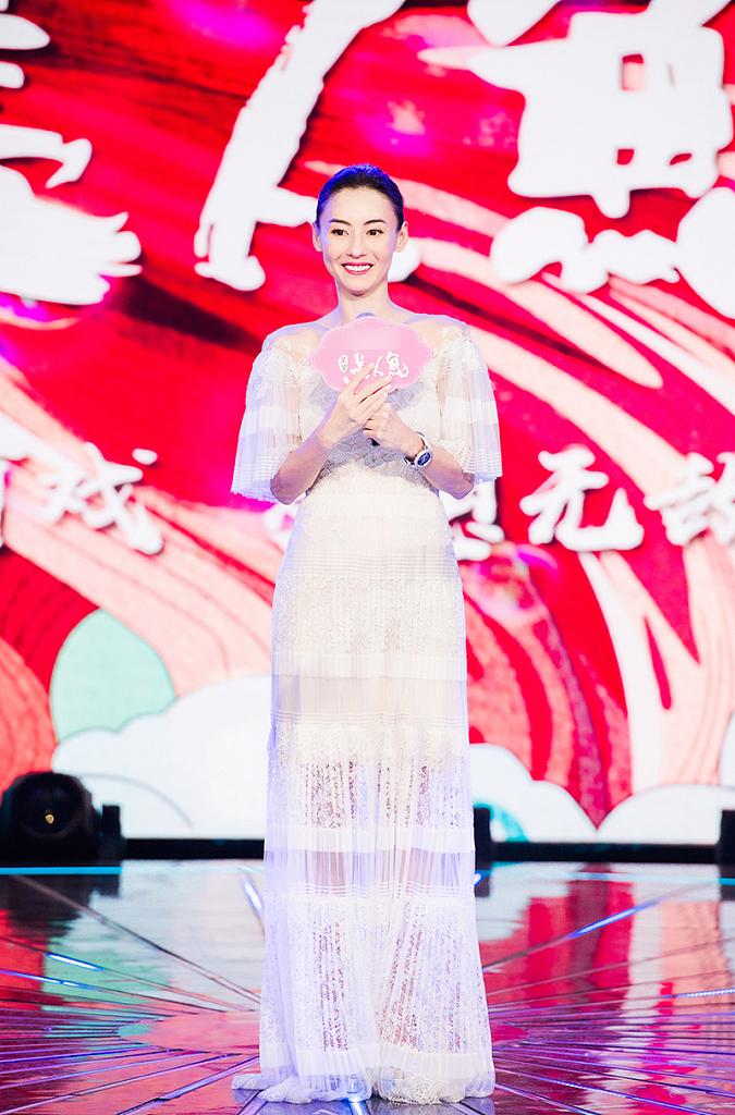 张柏芝录节目美出新高度 脸上笑容灿烂再现辣妈风采