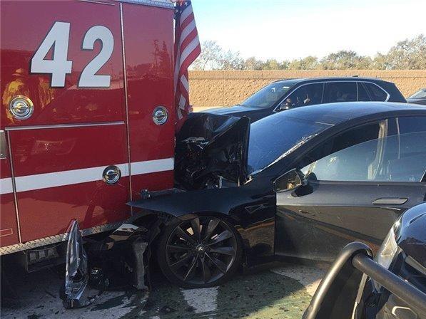 特斯拉自动驾驶惹祸 追尾消防车